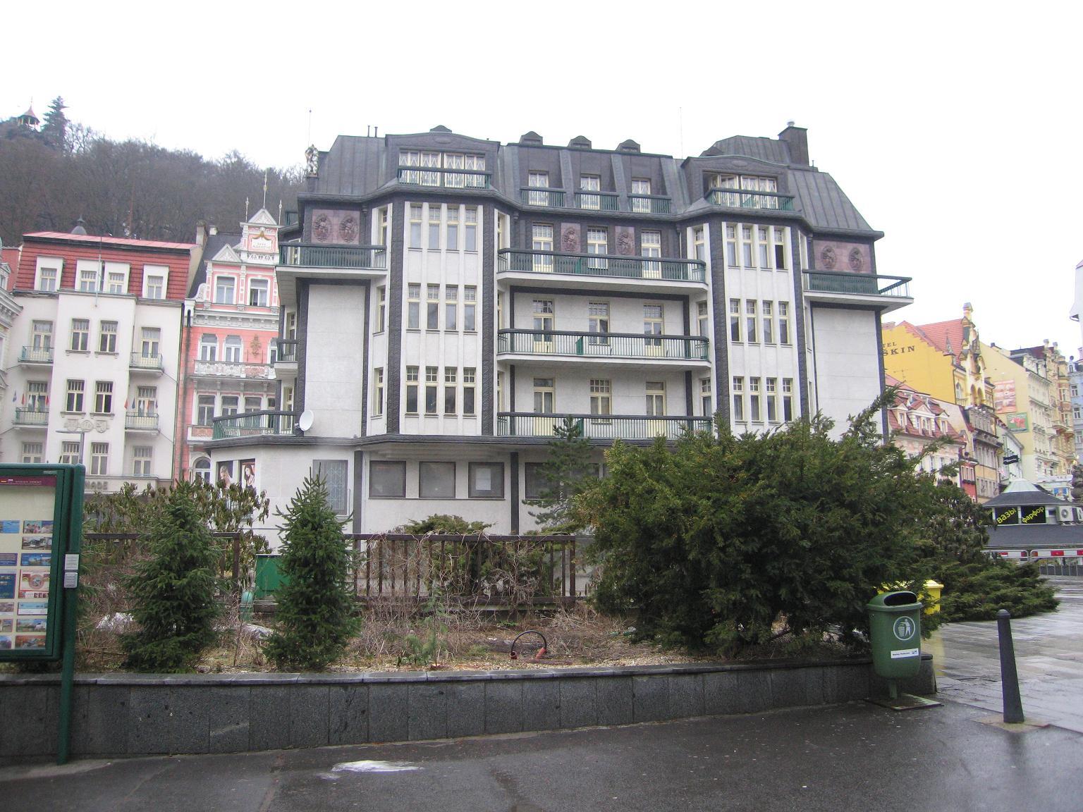 Дом вдоль набережной