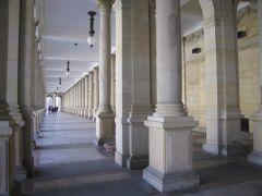 Внутри колоннады с источниками