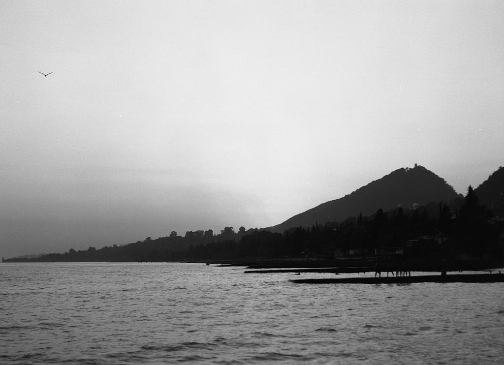 Пляж. Заход солнца за Анакопийской горой.